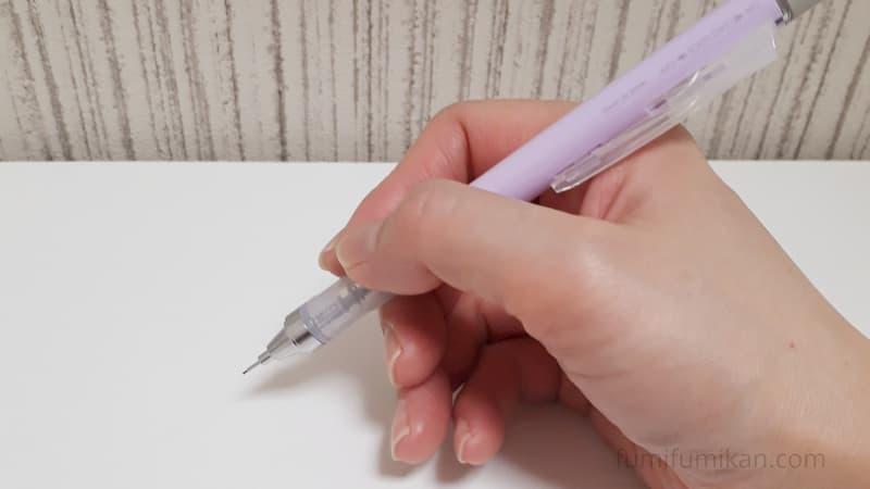 モノグラフシャーペンを握っているところ