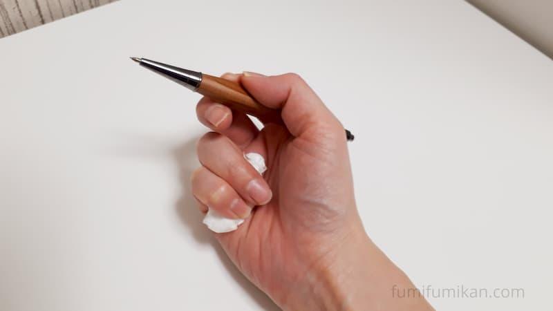正しいペンの持ち方をする練習はティッシュを握る