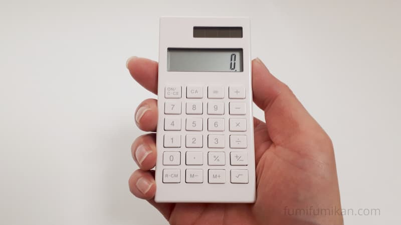 無印 小さい電卓を片手で持つ