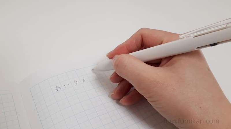 無印 三角軸ペンを使っているところ