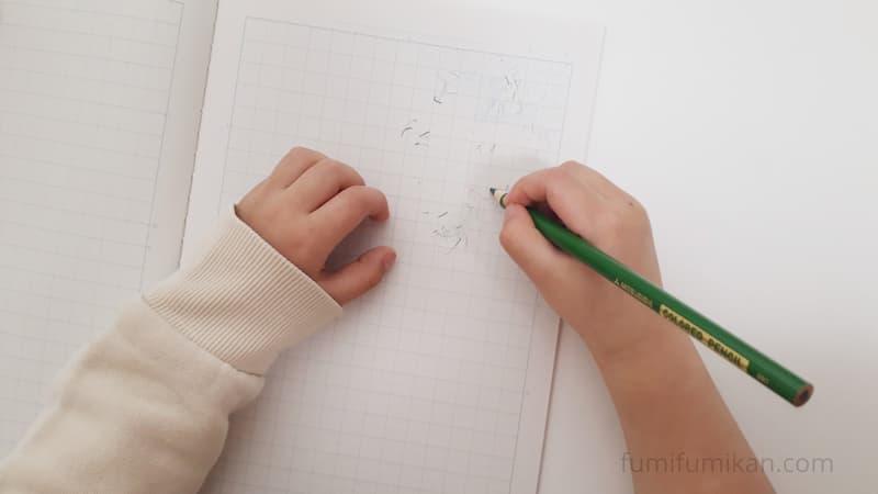 4歳児 一般的な色鉛筆を持ってみる