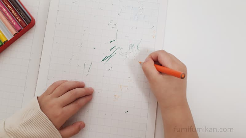 4歳児 ミニ色鉛筆を持ってみた