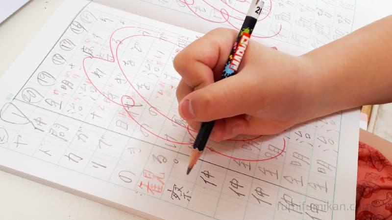 鉛筆を持つときに親指が出る